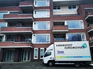 verkroost euromovers verhuiswagen bij de ingang tijdens een verhuizing
